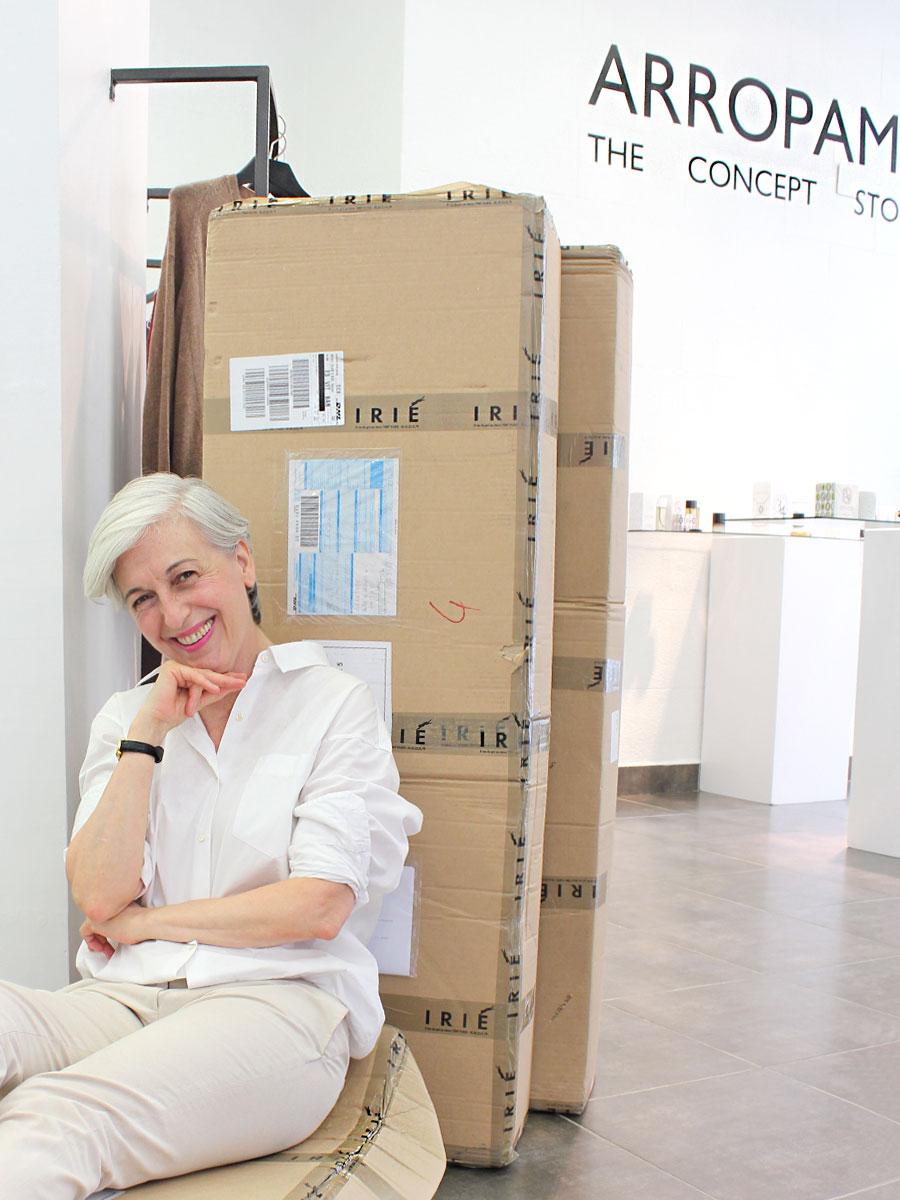Elena de Arropame con cajas de Irie Wash